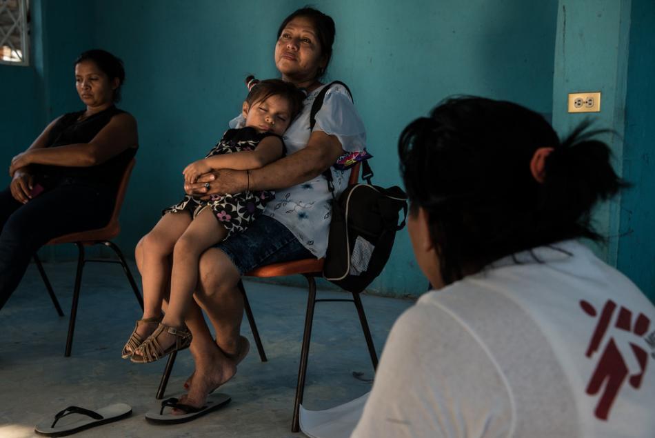 Una mujer descansa con su nieta durante una sesión de apoyo de MSF para mujeres en un refugio para migrantes en Tenosique, México. Según una encuesta de MSF, casi un tercio de las mujeres que migran a través de México sufren abusos sexuales ©Marta Soszyns