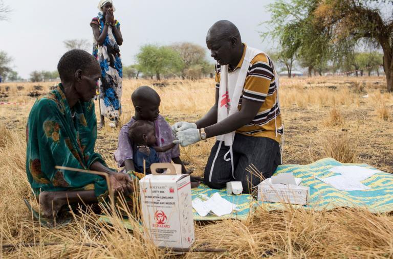 El promotor comunitario de salud, Gatbel, examina a un niño por paludismo en una clínica externa en Thaker, Sudán del Sur ©Siegfried Modola