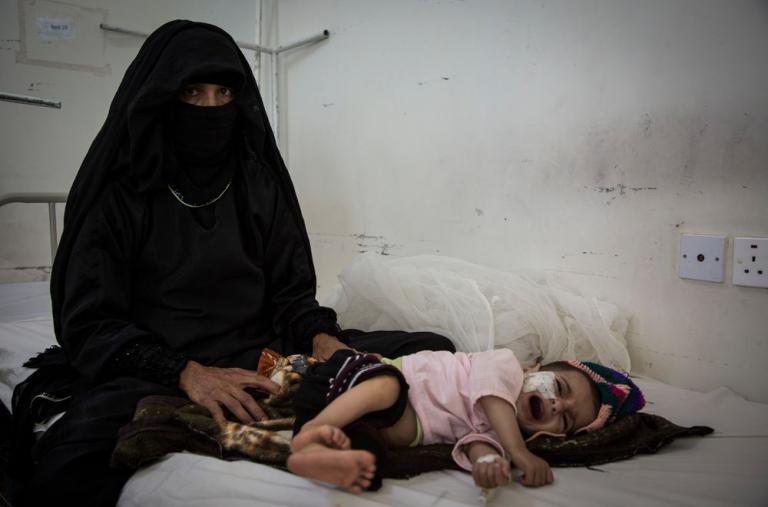 Besam lleva a su hijo de siete meses al centro de salud para un chequeo después de que presentara fiebre alta y vómitos. El niño está desnutrido, pero según el médico, estos casos ocurren muy a menudo