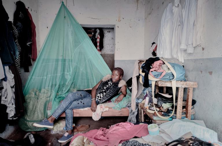 """Chiradzulu, Malawi - Debora Njala, 18 años, yace en su cama en Chiradzulu. Deborah contrajo el VIH de su madre durante el embarazo. A pesar de que también dio positivo en la prueba de tuberculosis, ella asegura: """"Con la medicación adecuada lograré mis sue"""