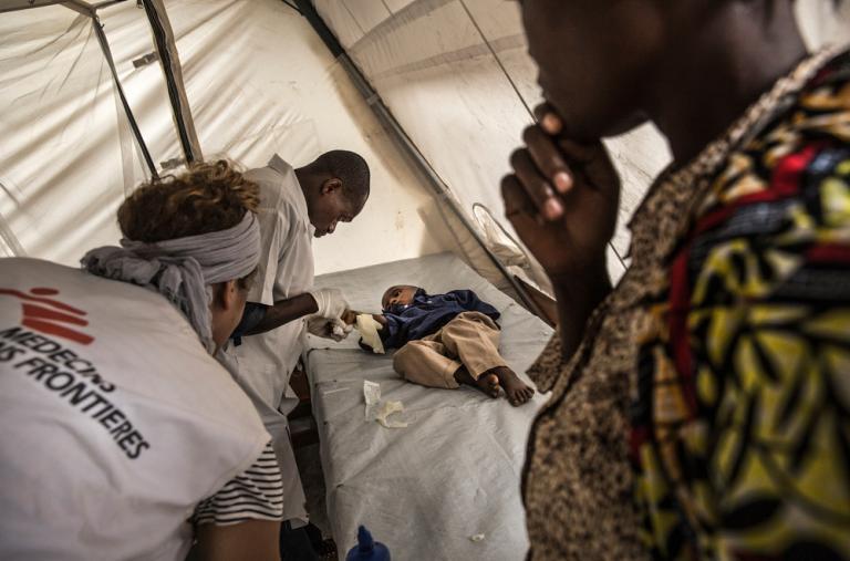 Las enfermeras de MSF examinan a un niño en el centro de tratamiento de cólera en Katana, República Democrática del Congo ©Marta Soszynska/MSF