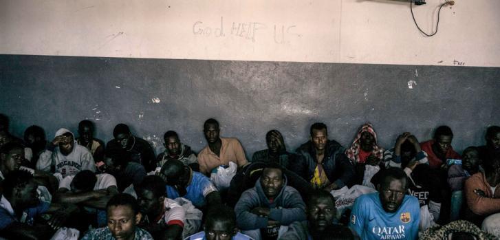 Hombres detenidos en el centro de detención Abu Salim. Los detenidos permanecen días y meses en los centros de detención en Libia, sin saber cuando van a ser liberados.