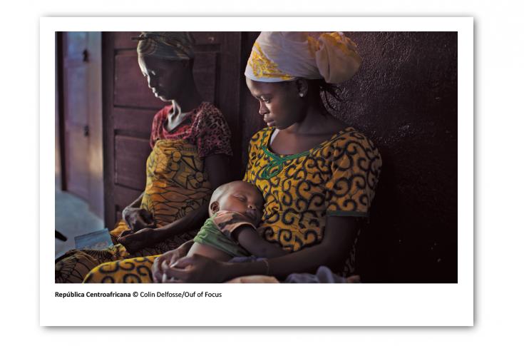 Postal solidaria de Médicos Sin Fronteras que muestra a una madre y su hijo en República Centroafricana