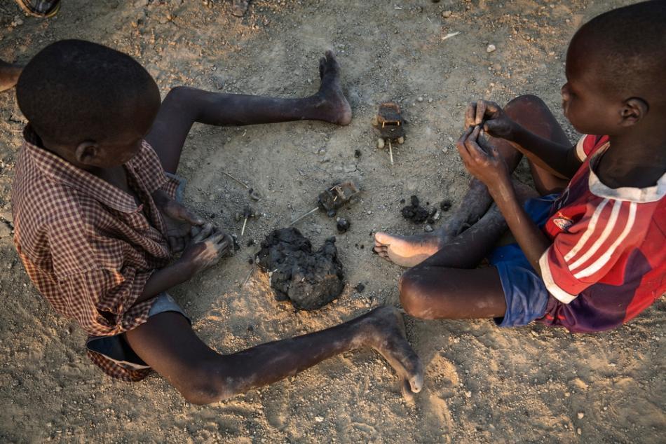 Los niños muestran una gran habilidad para construir juguetes de arcilla. Por lo general, son vehículos a los que luego atan una soga para poder arrastrarlos. Su durabilidad es sorprendente.