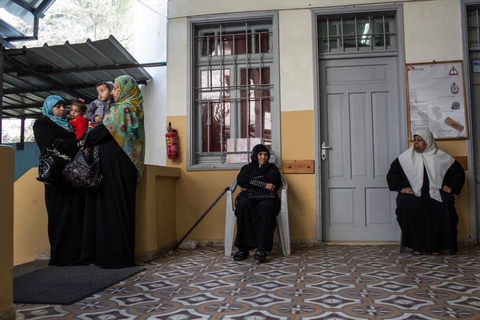 Varias mujeres esperan su turno en el patio de la entrada de nuestra clínica de la Ciudad de Gaza.