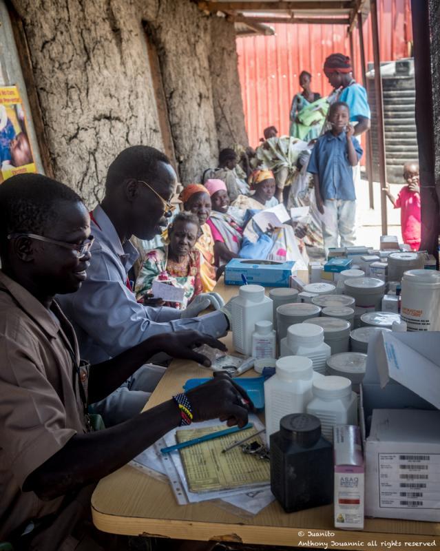 El equipo de MSF organiza los medicamentos para los pacientes en Aburoc. En mayo de 2017, sursudaneses provenientes del campo de desplazados internos de Aburoc (IDP) comenzaron a llegar masivamente a través de la frontera con Sudán. ©Anthony Jovannic/MSF