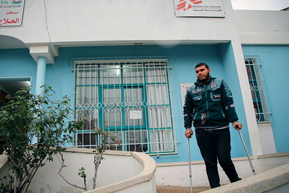 Mohamed Hassan tiene 24 años recibió un disparo en la frontera. Nuestros cirujanos le operaron hasta cuatro veces, y ahora recibe tratamiento de vendaje y fisioterapia en nuestra clínica en Beit Lahia.