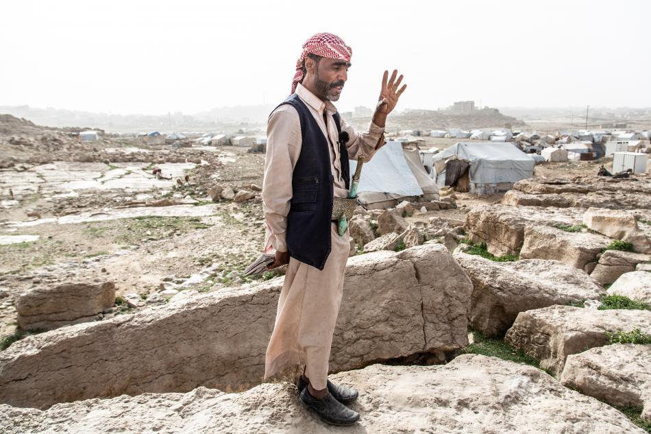 Tuabit es el supervisor del campo de Dahadh. Lamenta la falta de servicios y reclama más letrinas, especialmente para las mujeres que no pueden ir solas de noche debido a que estas  están muy lejos. Tiene en la memoria la noche en que su familia huyó de S