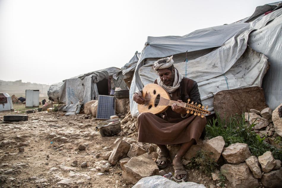 Mohammed Hamoud, toca el oud (laúd árabe). Vive en el campo de Dahadh que se levanta a un kilómetro de la ciudad de Khamer, cerca del mercado de qat, un estimulante vegetal que se consume en Yemen, Etiopía, Somalia y otros países árabes vecinos del Cuerno