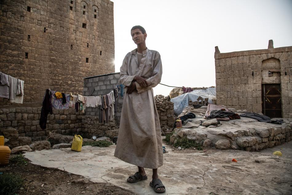 Desde la primavera pasada,  Ahmad vive con su esposa y sus tres hijos en las ruinas de una antigua casa cerca de la Mezquita Khamer. Proceden de la gobernación de Hajja, de donde huyeron en abril. Antiguo comerciante, Ahmad perdió todo en los combates y b