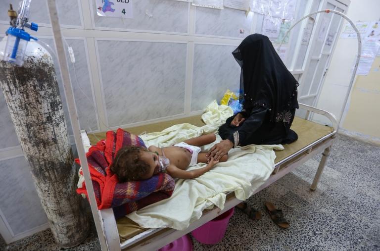 """""""Caminé durante 3 horas para llegar hasta aquí. Pensé que moriría en el camino"""", dice Gharisa. La mujer llevaba en brazos a su hijo Haidar, de dos años, y corrió al hospital desde su campamento en Mernab."""