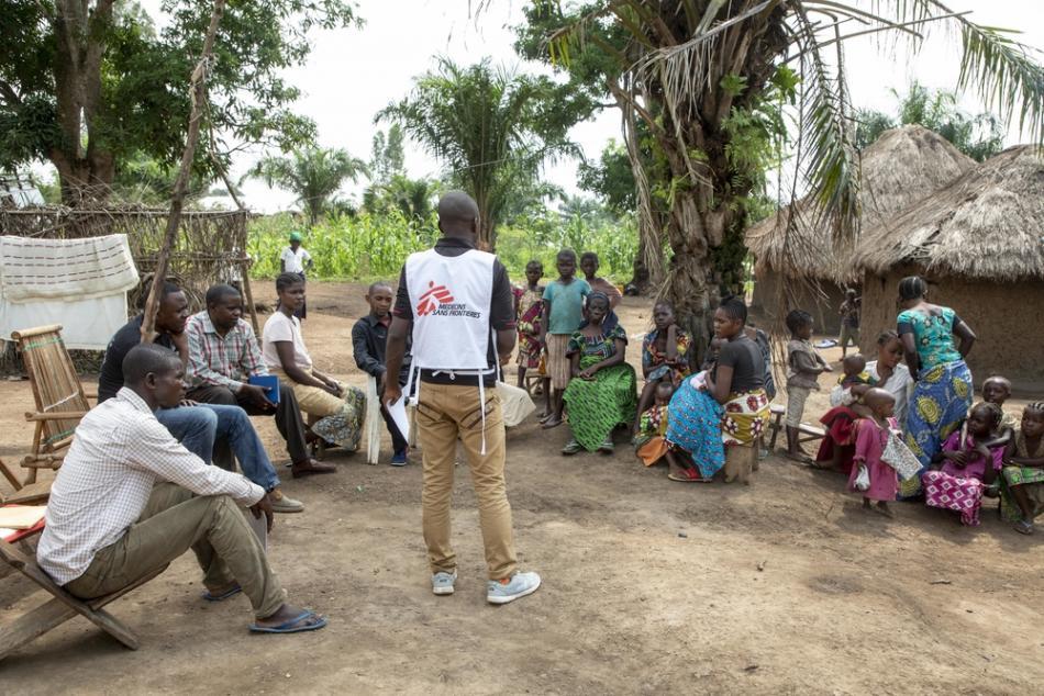 Promotores de salud de Médicos Sin Fronteras (MSF) visitan a las comunidades para crear conciencia sobre la enfermedad del Ébola y para construir una relación confiable entre las personas y los trabajadores de la salud.