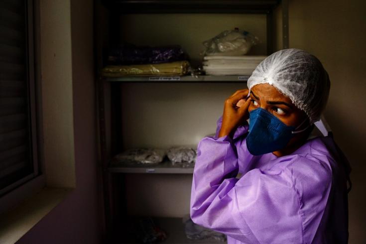 Una trabajadora de la salud de MSF se coloca su equipo de protección personal antes de ingresar a trabajar a un centro de COVID-19 en Brasil.