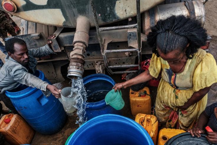 La gente recolecta agua distribuida por las Fuerzas de Defensa de Etiopía (EDF) en la aldea de Hadaelga, cerca de Chercher, en Etiopía, el 8 de diciembre de 2020.