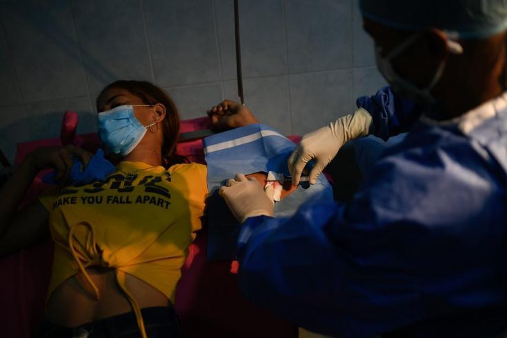 Nuestro personal le coloca a Bárbara un implante anticonceptivo en el Hospital de Yaguaraparo, en el estado Sucre. Ella tiene 20 años y un hijo de 24 meses, y se siente contenta y segura de poder mirar al futuro y decidir en qué momento tendrá más hijos.