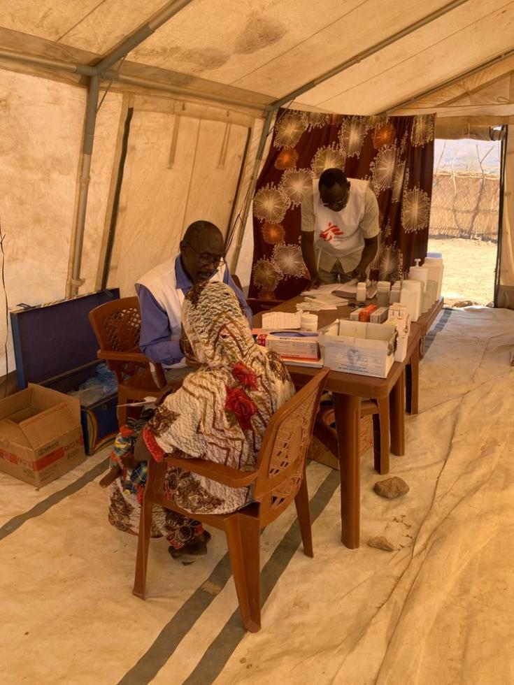Nuestro equipo médico atiende a una paciente en nuestra clínica en la aldea de Dilli. Sudán, abril de 2021