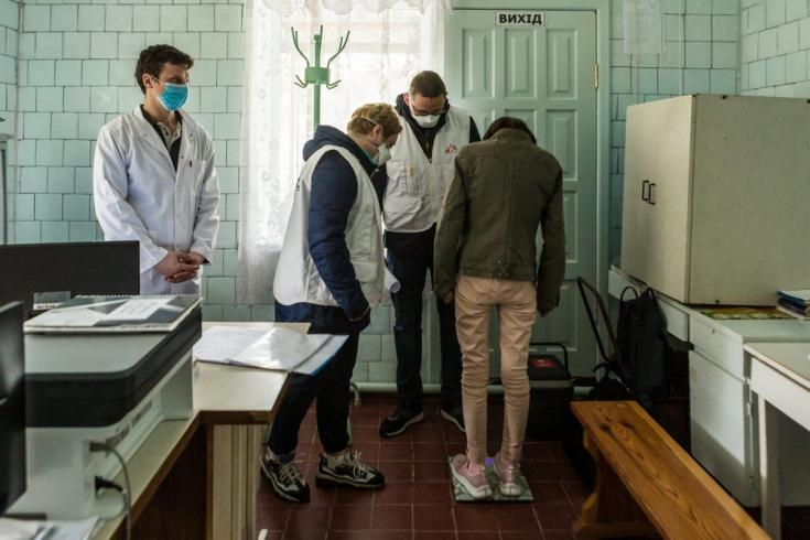 Uno de nuestros equipos de apoyo, formados por personal de enfermería, trabajo social y psicología, controlan el peso de un paciente con TB-DR en el distrito de Korostyshiv, región de Zhytomyr, Ucrania. Junio de 2021
