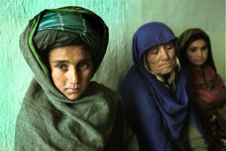Las personas esperan para atenderse en nuestra clínica en Qaysar, una pequeña aldea montañosa al suroeste de Meymaneh. Afganistán, diciembre de 2001