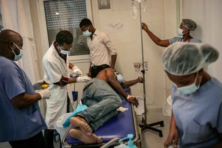 Este paciente llegó en estado de shock a nuestro hospital en Tabarre tras haber sido apuñalado, y fue atentido de inmediato en la sala de emergencias. Su herida estaba a milímetros de la columna y otros órganos vitales pero no tocaba ninguno.