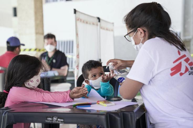 En nuestra clínica móvil en las comunidades de José Walter y Grande Bom Jardim, en Fortaleza, realizamos actividades de promoción de la salud y ofrecemos apoyo en salud mental. Brasil, junio de 2021