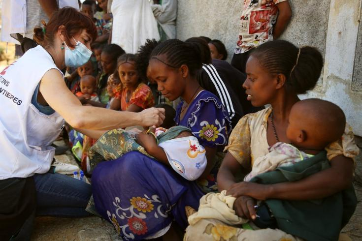 Naiara, enfermera de MSF, revisa a un niño en una clínica móvil en la aldea de Adiftaw en Tigray, Etiopía. Marzo 2021