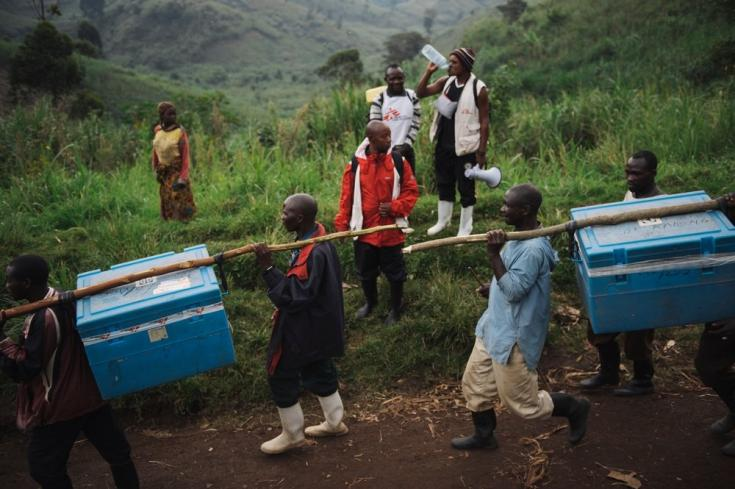 Así llevábamos hielo para mantener frías las vacunas durante una campaña de vacunación en el territorio de Masisi, en la República Democrática del Congo. Agosto de 2014