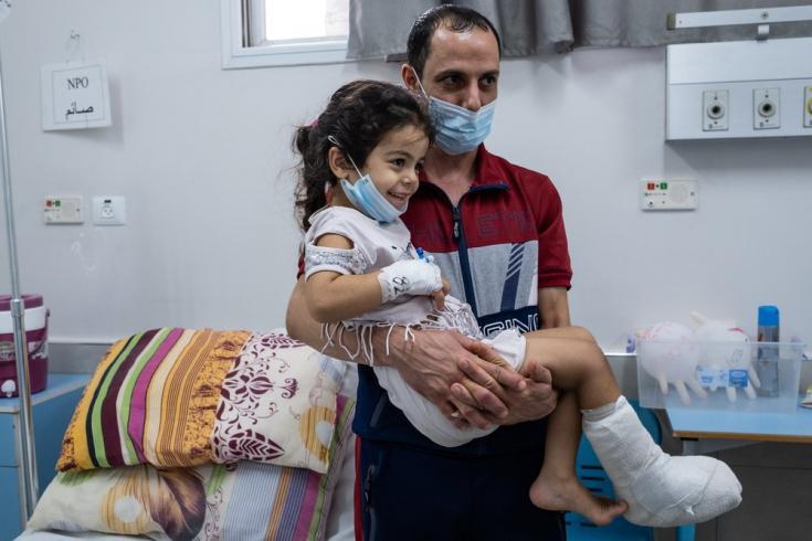 """Hala y su padre, Mohammed, treinta minutos antes de entrar al quirófano para una cirugía. """"Un auto amarillo me golpeó y de repente sentí mucho dolor"""" cuenta Hala, al recordar el día del accidente. Agosto de 2021"""