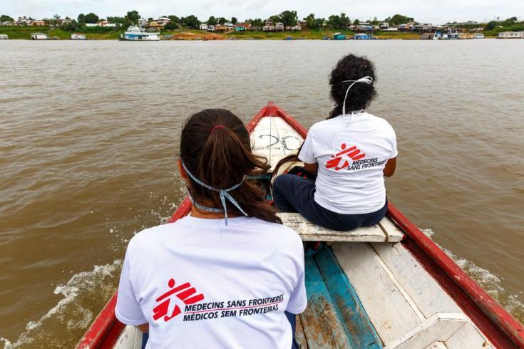 Una doctora Ebel Saavedra y una promotora de salud de MSF cruzan en bote el lago Tefé para una actividad de promoción de la salud en el barrio Abial de Tefé.