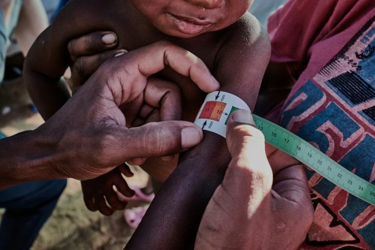 El MUAC (siglas en inglés de middle-upper arm circumference) es una forma rápida de identificar a los niños y niñas en riesgo de desnutrición. El medidor proporciona un número e indica la gama de colores. Madagascar, abril de 2021