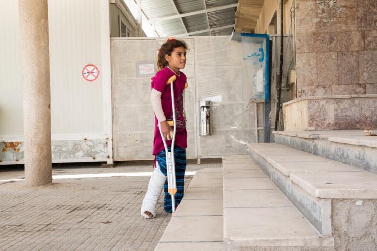 En abril de 2018, a medida que regresa la calma relativa a las provincias de Hassakeh y Raqqa, las personas anteriormente desplazadas por los intensos combates comienzan a regresar a sus hogares, a áreas plagadas de minas terrestres