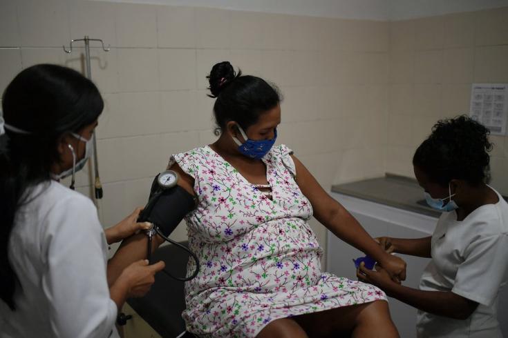 Ana, de 35 años, se prepara para dar a luz en la recién acondicionada sala de parto del Ambulatorio de San Vicente. Durante el primer semestre del 2021, brindamos apoyo en la realización de casi 2.000 partos en el estado Sucre. Venezuela, mayo de 2021