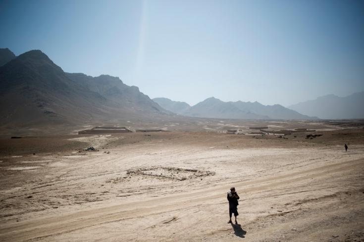 Un hombre camina hacia nuestra clínica móvil en el pueblo de Spinar Poza, al este de Kabul. Afganistán, agosto de 2013