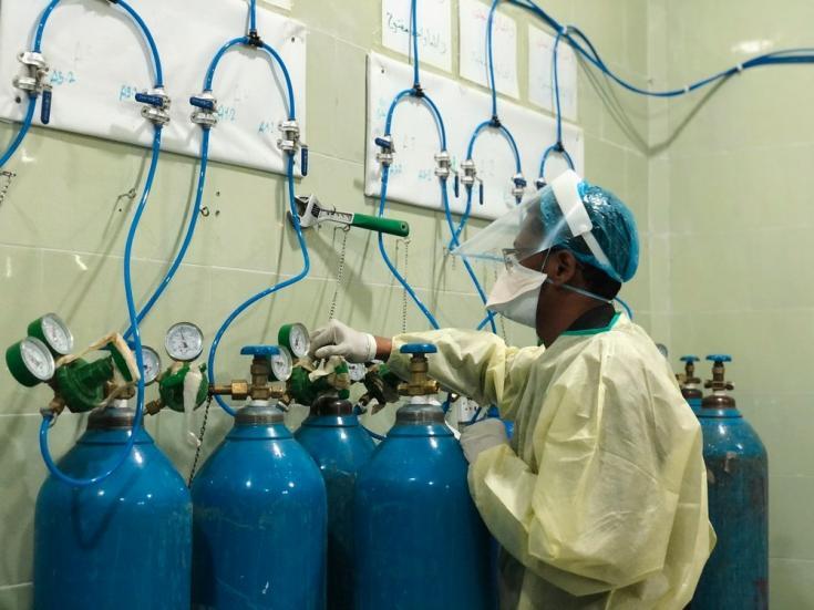 El oxígeno es un bien escaso en Yemen: en la foto, nuestro personal médico monitorea los suministros y respiradores en la unidad de cuidados intensivos del centro de tratamiento de COVID-19. Marzo de 2021