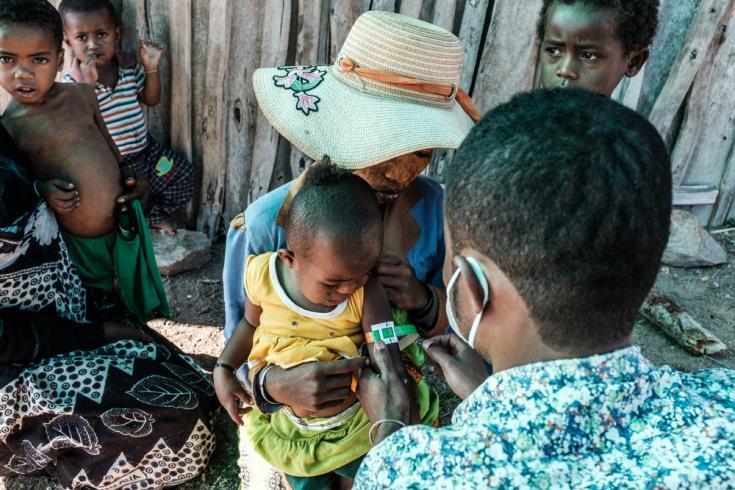 Nuestro equipo le realiza un cribado nutricional a una niña durante una clínica móvil. Región de Androy, Madagascar, julio de 2021
