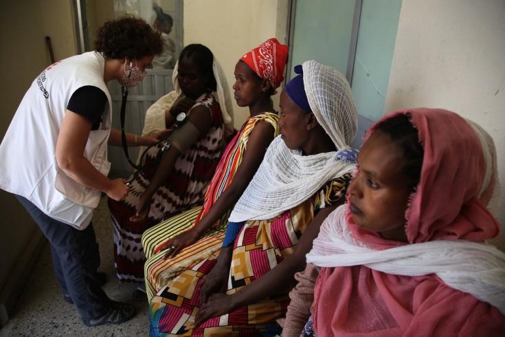 Rita Costa, partera de MSF, controla la presión arterial de una paciente antes de una consulta prenatal en una clínica móvil en Sebeya, Tigray, Etiopía. Marzo de 2021