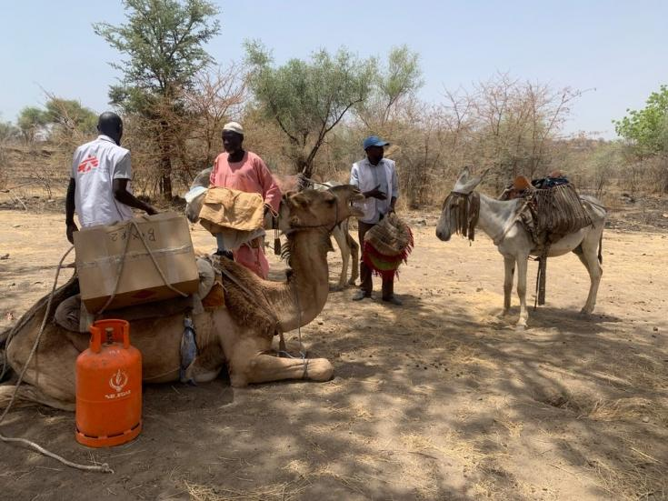 Transportamos los suministros de la clínica a través de las montañas Jebel Marra sobre burros y camellos. Sudán, abril de 2021