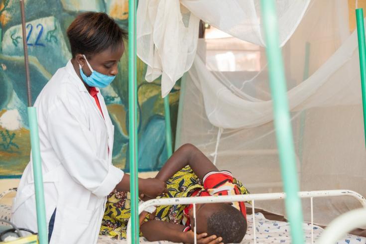 Un paciente con malaria está siendo atendido por Médicos Sin Fronteras en uno de los 14 centros de salud en los que ofrecemos tratamiento gratuito en Kinyinya. Septiembre de 2020