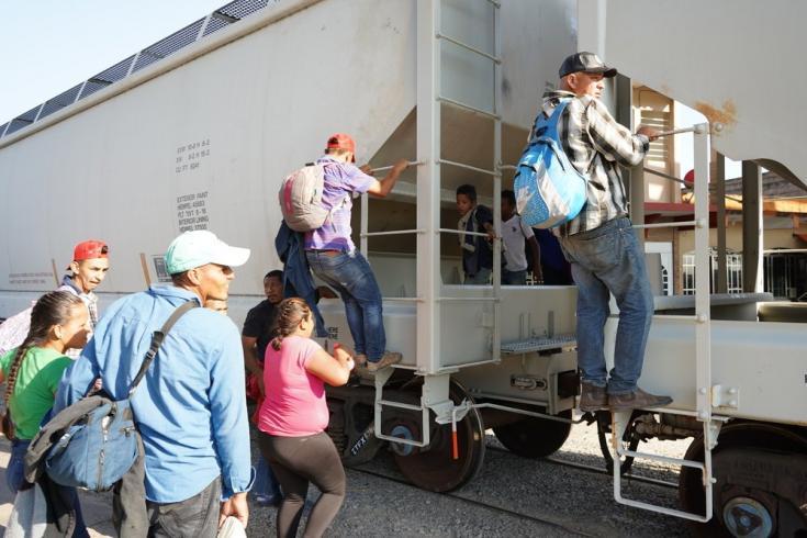 Personas migrantes provenientes de Centroamérica, que huyen de la violencia con sus hijos e hijas, se arriesgan a subir a un tren en movimiento para poder llegar a la frontera norte entre México y Estados Unidos. México, febrero de 2021
