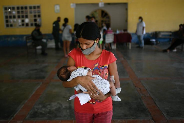 Georgina, de 19 años de edad, sostiene a su pequeño hijo Isaac de solo un mes de nacido. Ambos han asistido a la jornada integral de salud que lleva MSF junto a autoridades locales y la propia comunidad en Desparramadero, Estado Anzoátegui, Venezuela