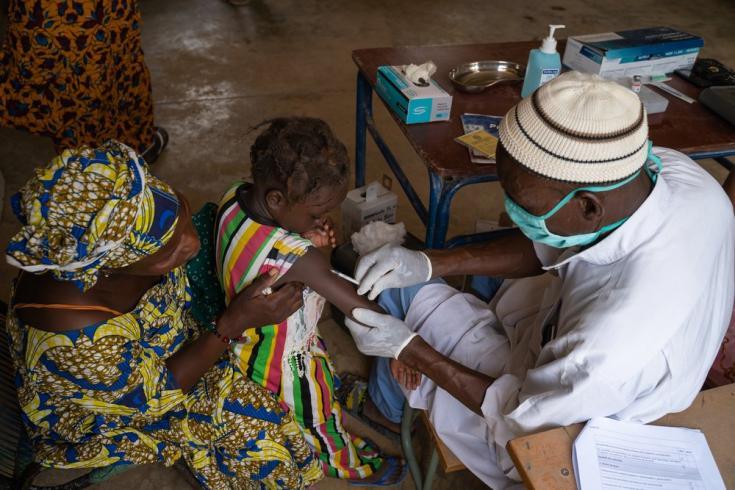 Una niña es vacunada junto a su madre en el norte de Mali.