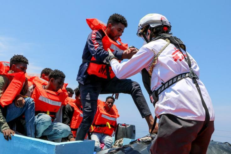 El día 12 de junio operamos varios rescates. Durante el primero de ellos, rescatamos a 93 personas que viajaban a bordo un barco riesgoso. Mar Mediterráneo, 12/6/21