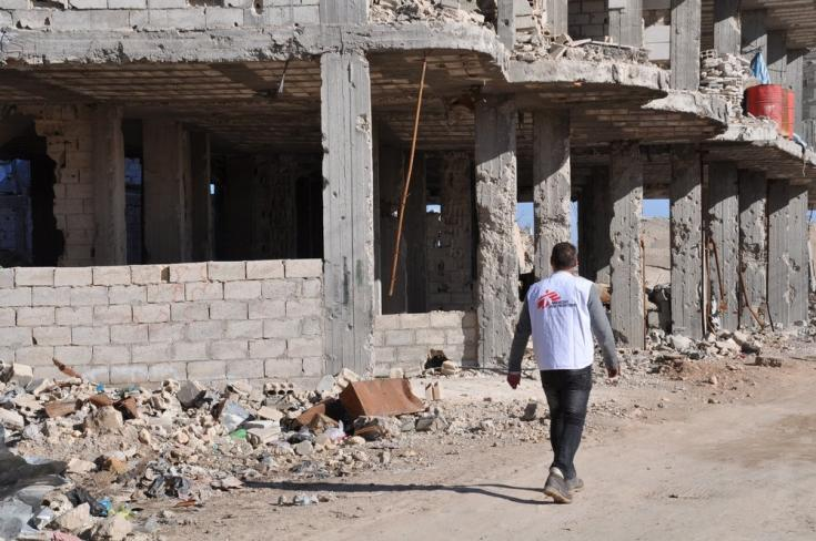 2013: aumentan las necesidades de los sirios. Ese año, en el noreste de Siria, cerca de la frontera con Turquía, ponemos en marcha proyectos en Kobane / Ain al Arab y Tal Abyad con el fin de proporcionar servicios médicos a las personas que huyen.