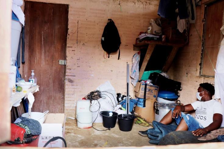 Habitación en Roberto Payán, en la que se alojan dos familias enteras desplazadas. Colombia, julio de 2021