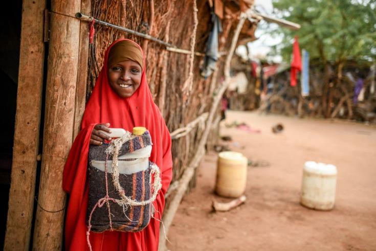 Habiba, de diez años, vive con diabetes tipo 1 y necesita inyectarse insulina dos veces al día. En el programa gestionado por MSF, aprendió a hacerlo ella misma con insulina que se lleva a casa dentro de una nevera portátil. Kenia, mayo de 2021