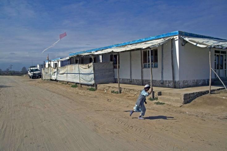 Un niño remonta un barrilete frente a nuestra clínica en la región de Puli Khumri, provincia de Baghlan. Afghanistan, marzo de 2004
