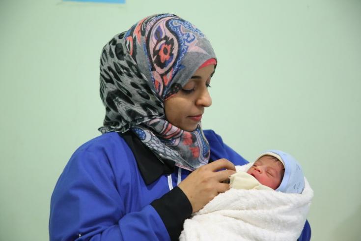 Amal, una partera de nuestros equipos, sostiene a un bebé en nuestro hospital materno infantil en la ciudad de Taiz, Yemen. Febrero de 2020