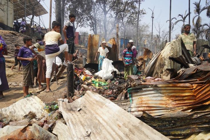 En marzo de 2021 se produjo un incendio en Cox's Bazar, en Bangladesh, donde viven actualmente unas 900.000 personas refugiadas rohingya. La mañana después del incendio, muchas intentaron salvar lo que quedaba de sus pertenencias.