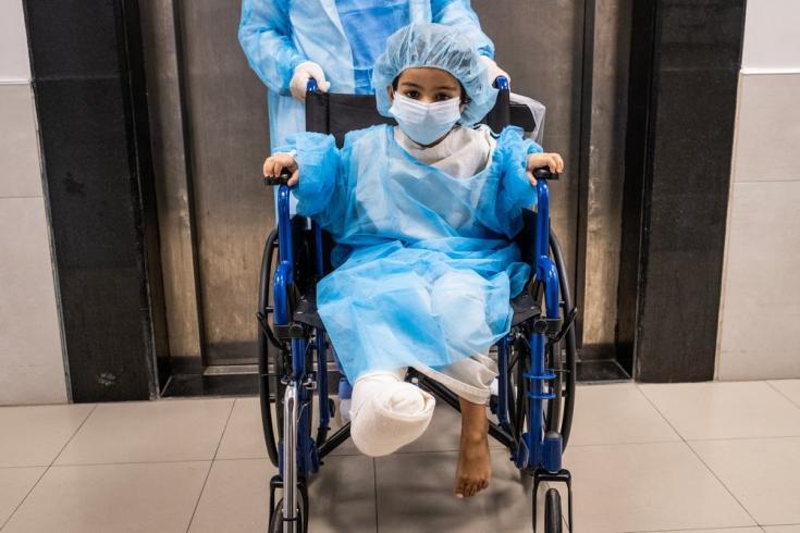 En el hospital Al-Awda, Hala es llevada al quirófano para su quinta cirugía desde que un auto le aplastó el pie el 14 de julio de 2021. Gaza, agosto de 2021