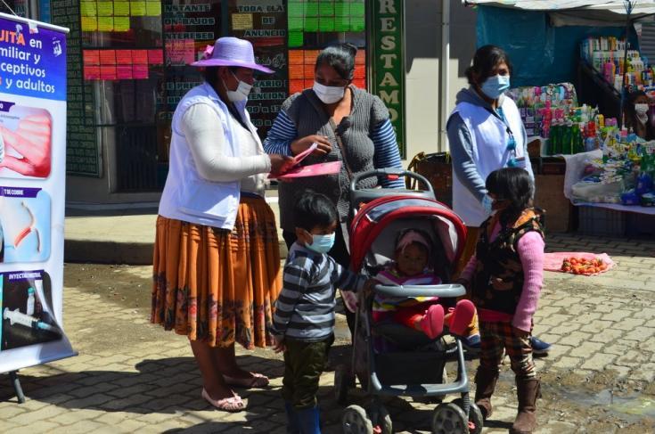 Luci Quispe Beltran, promotora de salud, brinda información sobre métodos anticonceptivos y planificación familiar en la Feria popular de  la ciudad de El Alto. Bolivia, abril de 2021