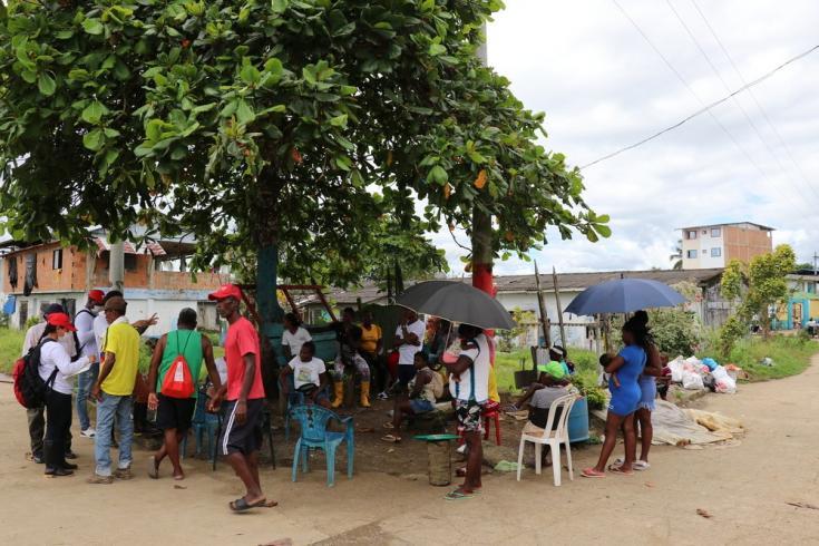 Algunas familias desplazadas se han ubicado en las vías públicas de Roberto Payán esperando atención institucional. Colombia, julio de 2021